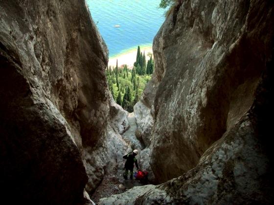 En haut de la grande cascade de Baes avec vu sur le lac. Pourtant le canyon est loin d'être fini