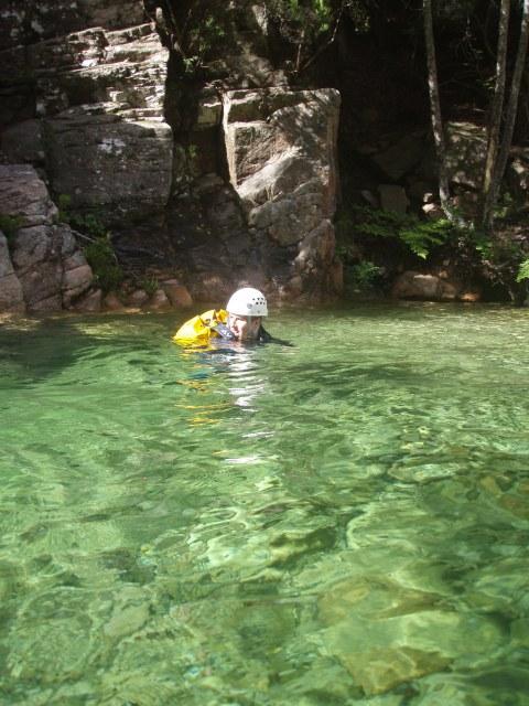 Nage dans l'eau cristalline du Poliscellu